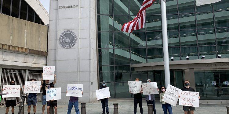 """""""Kripto Üzerindeki Savaşı Durdurun"""": XRP Ordusu, SEC Karargahı Dışında Protesto Düzenledi"""